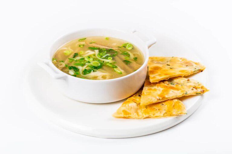 Суп говяжий с лапшой и лепешкой