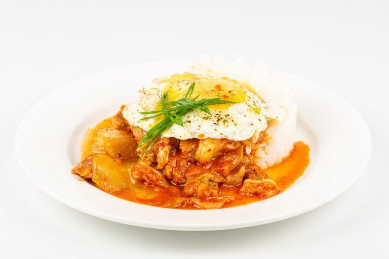 Свинина кимчи с рисом и яйцом